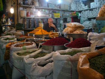 Iran storico Bazar-di-Esfahan-venditore-di-spezie