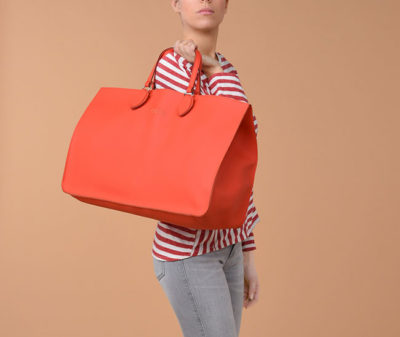 living coral O-bag-soft O-maxi indossato