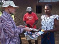 Isola di Ukerewe. Il presidente della Società Albini Mr. Ramadan fornisce materiale informativo per la prevenzione alla luce (ph: © D. Penati – Mondointasca.it)