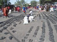 Mercato Masai, calzature di gomma (ph: © D. Penati – Mondointasca.it)
