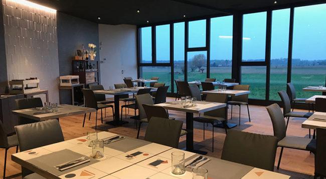 La sala della pizzeria SP 143 con vista sulle Alpi (foto: D. Bragaglia© Mondointasca.it)