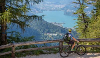 Bikers ammira il panorama