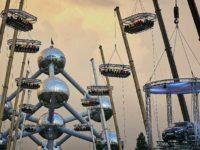 La piattaforma con i tavoli sospesi a 50 metri da suolo (©Dinner in the Sky.com)