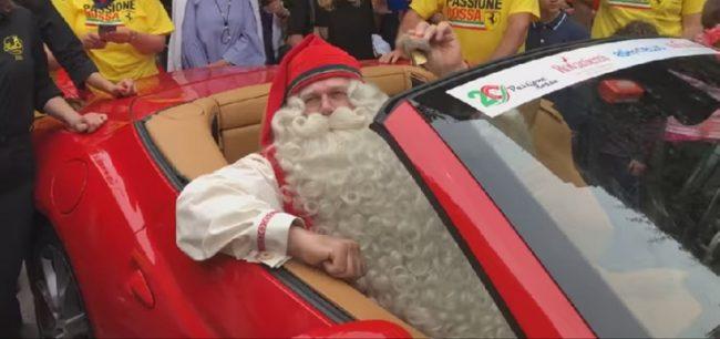 Babbo Natale, Joulupukki, parcheggia una Ferrari (foto G. Nitti © Mondointasca.it)