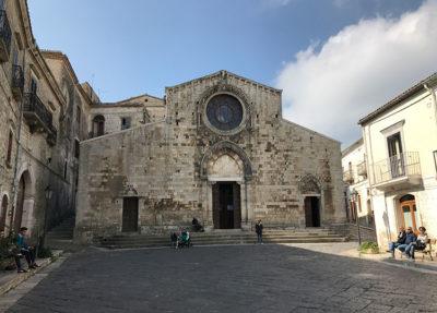 Bovino la facciata asimmetrica della Cattedrale (foto: L. Varalla © Mondointasca.it)