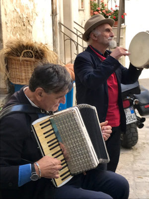 Orsara-di-PugliaMusicanti in strada (foto: L. Varalla © Mondointasca.it)