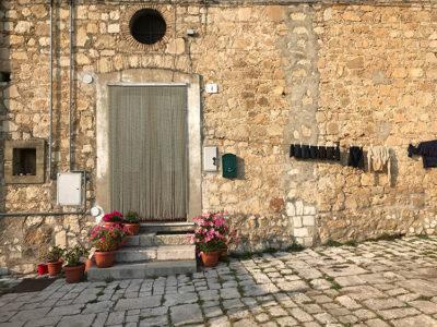 Orsara-di-Puglia-case-in-pietra-e-panni-stesi (foto: L. Varalla © Mondointasca.it)