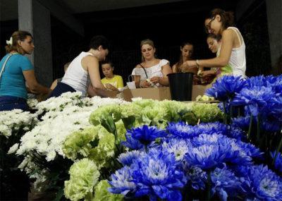 Ragazze preparano i fiori