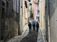 Puy en Velay, pellegrini salgono verso la Cattedrale (Ph. D. Bragaglia ©Mondointasca.it)