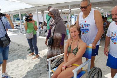 Tutti al mare Volontari-portano-al-bagno-una-ospite-con-handicap