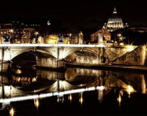 Roma, suggestiva veduta del Lungotevere di sera