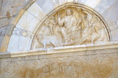 Il portale della cattedrale di Maguelona (foto: d. bragaglia© mondointasca.it)