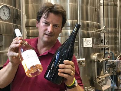 Il conte Pierre de Colbert con i suoi vini Castello di Flaugergues (foto: d. bragaglia© mondointasca.it)