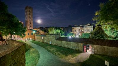 Lucca Le-Mura-e-Torre-della-Basilica-di-San-Frediano-a-dx-palazzo-Pfanner (foto: © emilio dati - Mondointasca.it)