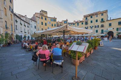 Lucca Piazza dell'Anfiteatro (foto: © emilio dati - Mondointasca.it)