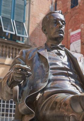 Statua di Giacomo Puccini su Piazza Cittadella opera-di Vito Tongiani (foto: © emilio dati - Mondointasca.it)