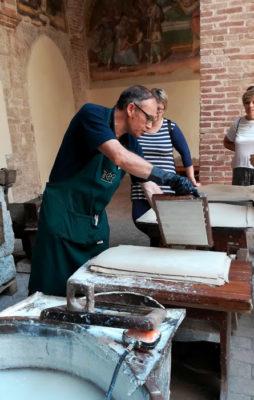 antico-metodo-per-produrre-la-carta (foto: pietro ricciardi © mondointasca.it)
