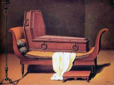 La bara con schienale è un omaggio a Magritte di Wittigo Keller. In realtà nessuno è mai stato inumato in posizione seduta in una bara di questo tipo.© Bestattungsmuseum Wien