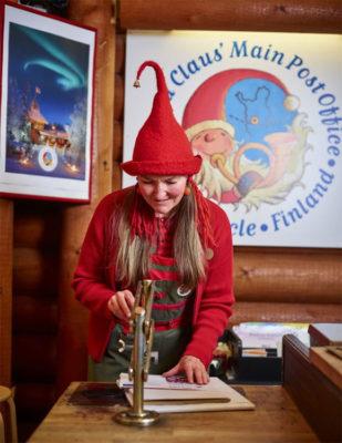 Elfo-nell-ufficio-di-Babbo-Natale