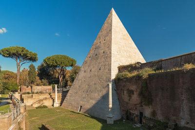 Piramide-Cestia-Roma crediti: Di Rabax63 - Opera propria, CC BY-SA 4.0, https://commons.wikimedia.org/w/index.php?curid=74789561