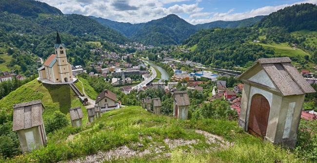 Idrija, stretta nella valle del fiume Idrijca
