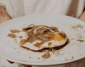 Doppio uovo dello chef Ugo Alciati con tartufo (credits: Eunice Brovida)