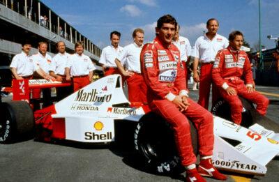 Ayrton-Senna-ai-box-con-la-squadra