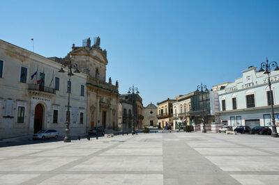 piazza-Garibaldi-a-sinistra-il-Municipio-ex-convento-degli-Scolopi