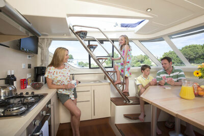 Vacanza in barca LeBoat_interno_houseboat_famiglia