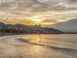 Sitges con la sua spiaggia al tramonto (credits Agenzia Catalana del Turismo)