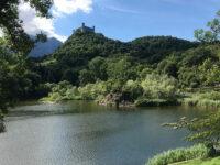 Lago Pistono con in alto il Castello di Montalto (foto: D. Bragaglia © mondointasca.it)