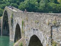 Borgo a Mezzano, Ponte della Maddalena (o Ponte del Diavolo) sul fiume Serchio