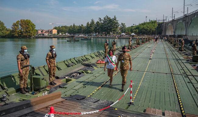 Il ponte galleggiante sul Mincio, appena varato, attraversato dal sindaco di Peschiera del Garda Orietta Gaiulli e dal generale Tota