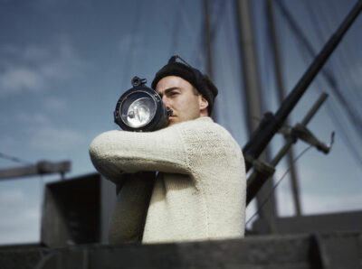 Un-membro-dell_equipaggio-segnala-a-un_altra-nave-di-un-convoglio-alleato-che-attraversa-l_Atlantico_1942_Credits-Robert-Capa-International-Center-of-Photography-Magnum-Photos