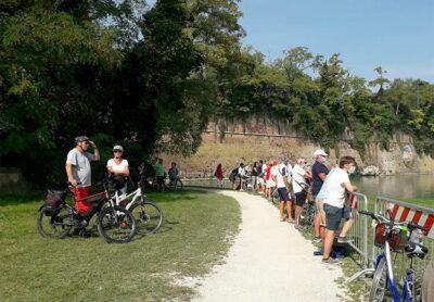 curiosi-lungo-la-riva-del-Bastione-veneziano