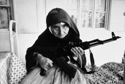 Anziana-donna-armena-fa-la-guardia-armata-davanti-a-casa-sua