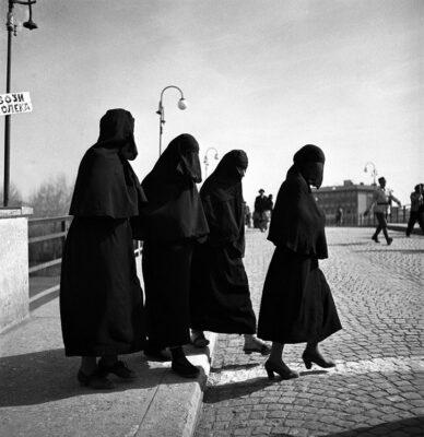 Donne-turche-attraversano-la-strada-in-una-città-macedone-in-Jugoslavia