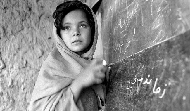 Ragazzina afgana frequenta una delle migliaia di scuole di base costruite nei villaggi con l'aiuto dell'ONU,  Nangarhar, Afghanistan, 24 aprile 2008 © courtesy UN Photo/Roger Lemoyne