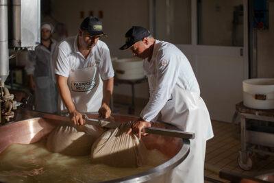 Casari-al-lavoro-per-il-parmigiano-reggiano