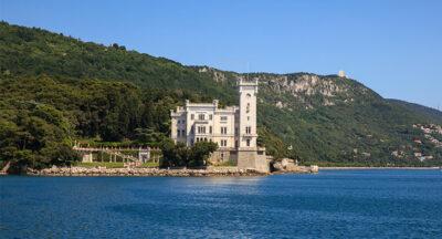 Castello-di-Miramare-Italia-visto-dall-acqua