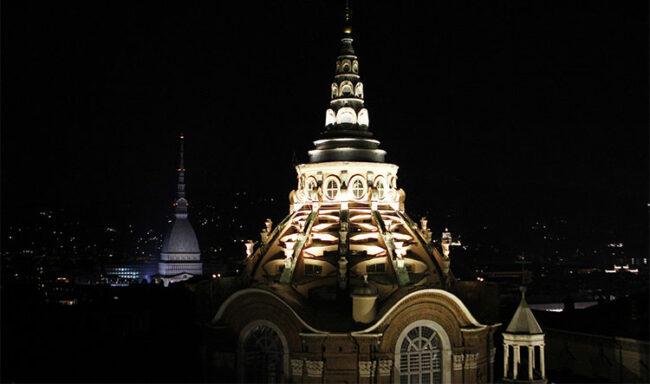 La Cappella della Sindone a Torino illuminata di sera fino al 6 gennaio