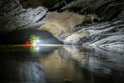 mondo sotterraneo 4 speleologo in azione