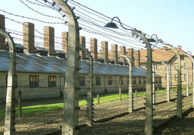 Giornata della memoria Filo-spinato-vicino-all'ingresso-di-Auschwitz