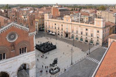 Statue Paladino Piacenza,-veduta-dell'installazione,-Piazza-Cavalli-(Piacenza)-©️-Lorenzo-Palmieri-2020