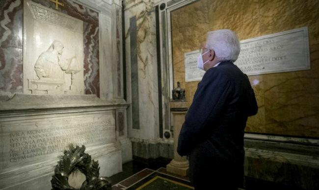 Sergio Mattarella in visita alla tomba di Dante  per l'inaugurazione del Settecentenario della morte del poeta