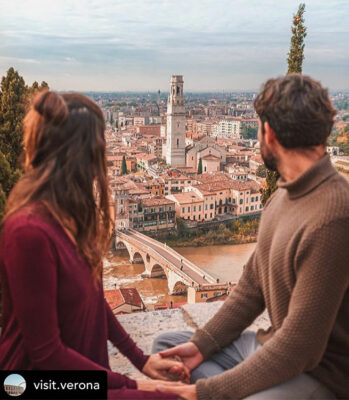 Verona-in-Love-coppia-guarda-la-città-dall'alto