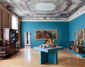 """Sala I """"Le donne, i cavallier, l'arme, gli amori, le cortesie, l'audaci imprese…"""" Sul fondo Zenone Veronese, """"Il ratto di Elena"""" (Foto Paolo Riolzi)"""