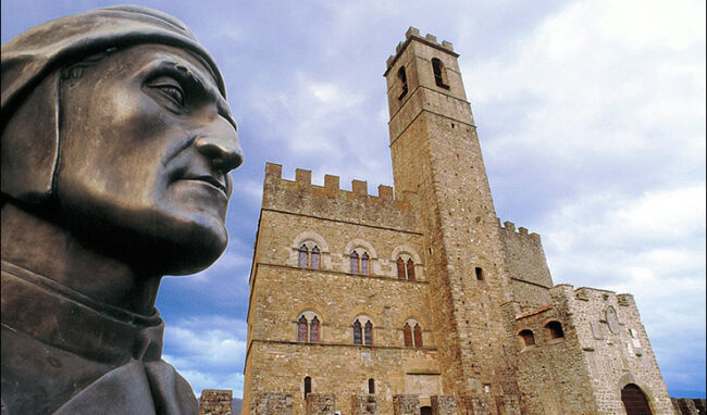 Il busto di Dante davanti al Castello di Poppi (ph. © A. Ferrini)