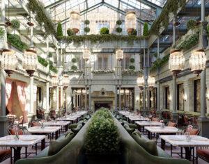 Il ristorante principale nell'atrio dell'hotel NoMad di Londra