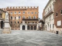 Verona, Piazza dei Signori con la statua di Dante